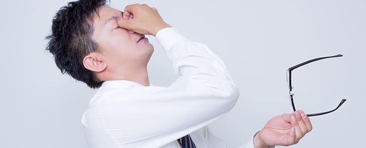 悪質競馬情報サイトで大負けしてしまい頭が痛い男性